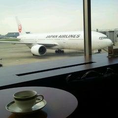 Photo taken at エアポートラウンジ - 羽田空港 第1旅客ターミナル 南 by Sq P. on 9/29/2012