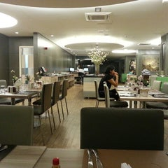 Photo taken at Restaurante Flowers by Ricardo L. on 3/23/2013