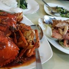 Photo taken at Raja-Raja Seafood by Anik D. on 3/5/2015