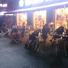 Photo taken at The Coffee Bean & Tea Leaf by Youngmin C. on 8/8/2014