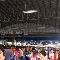 Photo taken at ตลาดนัดวัดชัยฉิมพลี (Wat Chai Chimplee Market) by La Forza Del Deztino C. on 5/11/2014