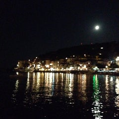 Photo taken at Scogliera di Marciana Marina by La Valü on 8/12/2014