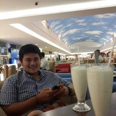Photo taken at Waroeng Pinggiran by Alyssa L. on 8/27/2014