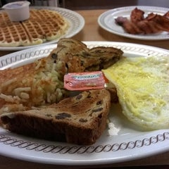 Photo taken at Waffle House by Antawan H. on 10/20/2014