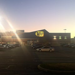 Photo taken at Best Buy by Kevin R. on 11/28/2013