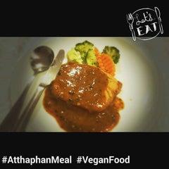 Photo taken at SPA FOODS by The Vegetarian Cottage (สปาฟู้ดส์ สาขากระท่อมมังสวิรัติ) by Atthaphan J. on 10/18/2015
