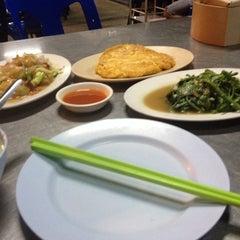 Photo taken at ข้าวต้มจอมพลัง by Dusit C. on 9/21/2013