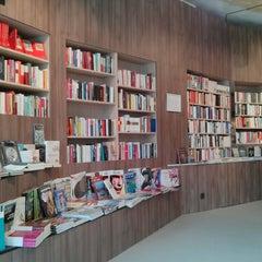 Das Foto wurde bei ocelot, not just another bookstore von B. B. am 4/6/2013 aufgenommen