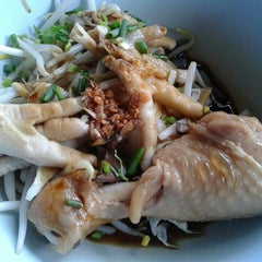 Photo taken at ก๋วยเตี๋ยวไก่บางบัว by June S. on 5/26/2015