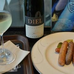 Photo taken at ワールド・ワインバー by ピーロート(World Wine Bar by Pieroth) 羽田空港店 by G T. on 6/8/2014