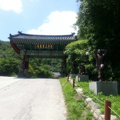 Photo taken at 골굴사 (骨窟寺, Golgulsa) by Ms K. on 6/27/2014