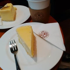 Photo taken at The Coffee Bean & Tea Leaf by de j. on 7/7/2014