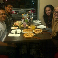 Photo taken at Pizza Hut by Dimas A. on 9/28/2012