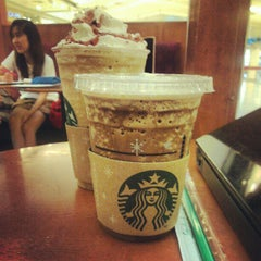 Photo taken at Starbucks (สตาร์บัคส์) by Guntapong B. on 12/19/2012
