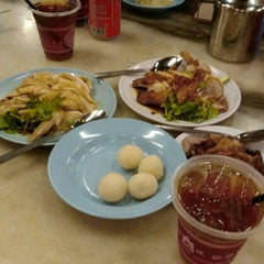 Photo taken at Famosa Chicken Rice Ball (古城鸡饭粒) by Xin H. on 8/24/2015