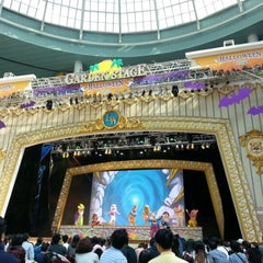 Photo taken at 롯데월드 가든스테이지 (Lotte World Garden Stage) by 토마스 on 10/7/2012