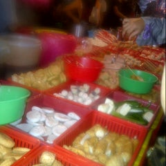 Photo taken at Pasar Malam Kerinchi by Ilene919 A. on 1/4/2013