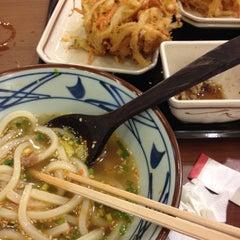Photo taken at Marugame Seimen (มารุกาเมะ เซเมง) 丸亀製麺 by Khuntat K. on 5/29/2012