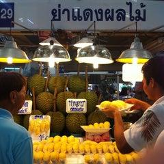 Photo taken at ตลาด อ.ต.ก. (Or Tor Kor Market) by amme c. on 4/22/2012