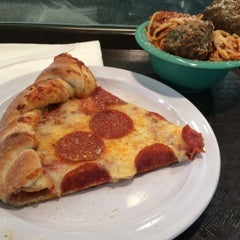 Photo taken at Deano's Gourmet Pizza by Fernando A. on 8/6/2015