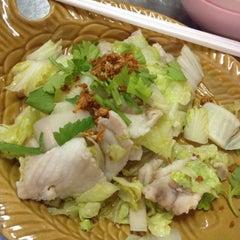 Photo taken at ข้าวต้มปลา (ตรอกถั่วงอก) by • บออีบีบออีบีบี้ on 7/15/2015