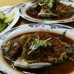 Photo taken at Restaurant Lan Je (兰姐清蒸非洲鱼) - Kepong by Munyoke H. on 2/5/2015
