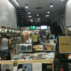 Photo taken at Livraria Saraiva by Cesar B. on 5/21/2013