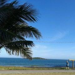 Photo taken at Praia de Itaparica by Maurício P. on 12/21/2012