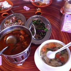 Photo taken at Beserah Seafood Restaurant by Mizuka Q. on 2/23/2014
