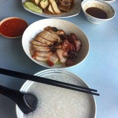 Photo taken at 金龙餐厅 Restaurant Kim Leong by Eugenia L. on 8/23/2013