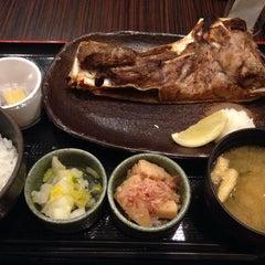 Photo taken at 焼魚食堂 魚角 学芸大学店 by Yuho K. on 4/16/2014