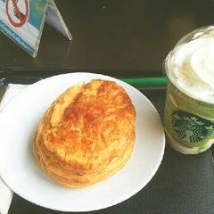Photo taken at Starbucks (สตาร์บัคส์) by Minkiesaru M. on 7/19/2013