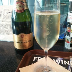 Photo taken at ワールド・ワインバー by ピーロート(World Wine Bar by Pieroth) 羽田空港店 by Takao D. on 10/26/2014