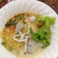 Photo taken at เซียะก๋วยเตี๋ยวปลา | Sia Fish Noodle by milin t. on 6/1/2015