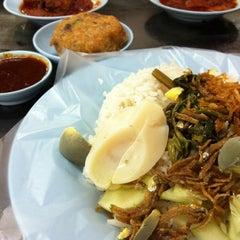 Photo taken at Restoran Nasi Lemak Lido by Fairul P. on 6/24/2014
