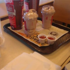 Photo taken at Wendy's by Deisy B. on 10/7/2012
