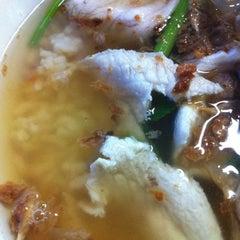 Photo taken at ข้าวต้มปลาลุงโย by Meawie.wieee on 7/25/2012