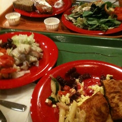 Photo taken at Sweet Tomatoes by Ricardo M. on 12/19/2012