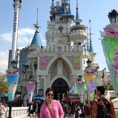 Photo taken at 롯데월드 (LOTTE WORLD) by Kirstine d. on 4/26/2013