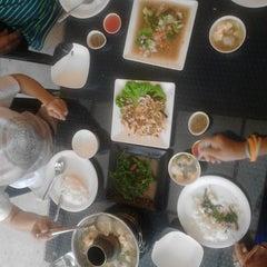 Photo taken at เกียง้วนภัตตาคาร มหาชัยซีฟู๊ด (Kia Nguan Restaurant Mahachai Seafood) by Supakit S. on 10/5/2014
