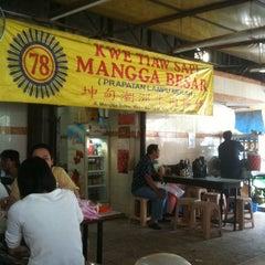 Photo taken at Kwetiaw Sapi 78 Mangga Besar by Indra T. on 12/29/2010