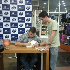 Photo taken at Livrarias Curitiba by Débora Q. on 10/26/2011
