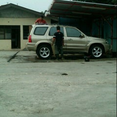 Photo taken at Cucian Mobil 24jam ex. mesjid keong by Ario P. on 10/2/2011