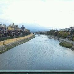 Photo taken at 四条大橋 by daisuke t. on 11/15/2011