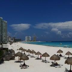 Foto tomada en Sunset Royal Beach Resort por Karla G. el 12/15/2011