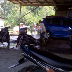 Photo taken at Ventura Car Wash by Prastowo Hadi Nugroho N. on 9/10/2011