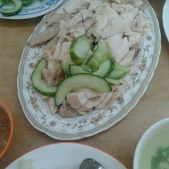 Photo taken at Suan Chicken Rice by Sufian O. on 10/10/2011