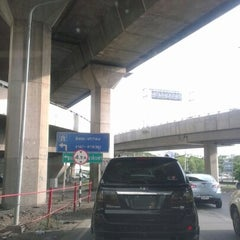 Photo taken at ทางพิเศษศรีรัช ส่วน C (Si Rat Expressway Sector C) by POTTAMAN ® on 7/10/2012
