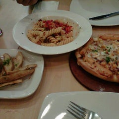 Photo taken at Pizza Hut by Ary H. on 7/29/2012