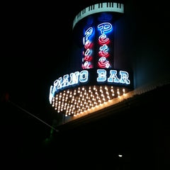 Photo taken at Pete's Dueling Piano Bar by Danny D. on 7/4/2012